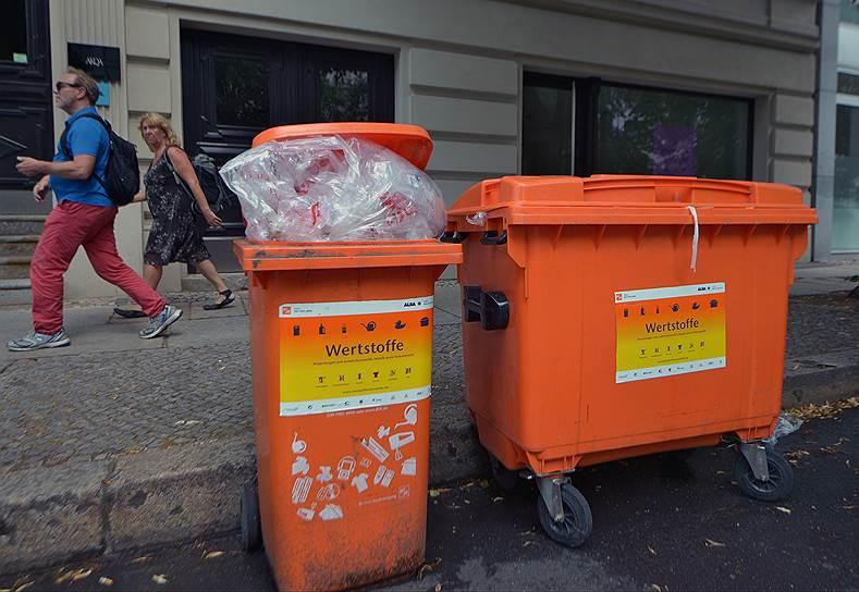 Городские власти не любят уличные контейнеры, потому что, в отличие от дворовых, в них по-прежнему могут бросить что угодно