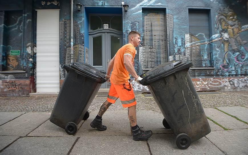 Немецкие коммунальщики в Москве выглядели бы как представители неведомой городской субкультуры, но в Берлине они сливаются с пейзажем