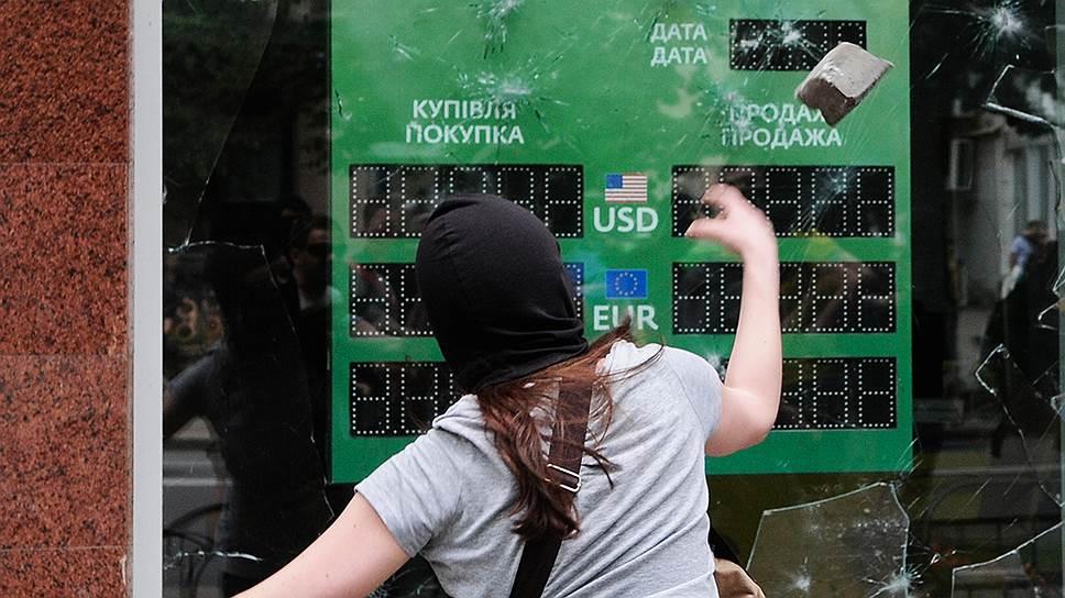 Украинцы забирают вклады в гривнах из всех банков, но из российских — вдвое активнее