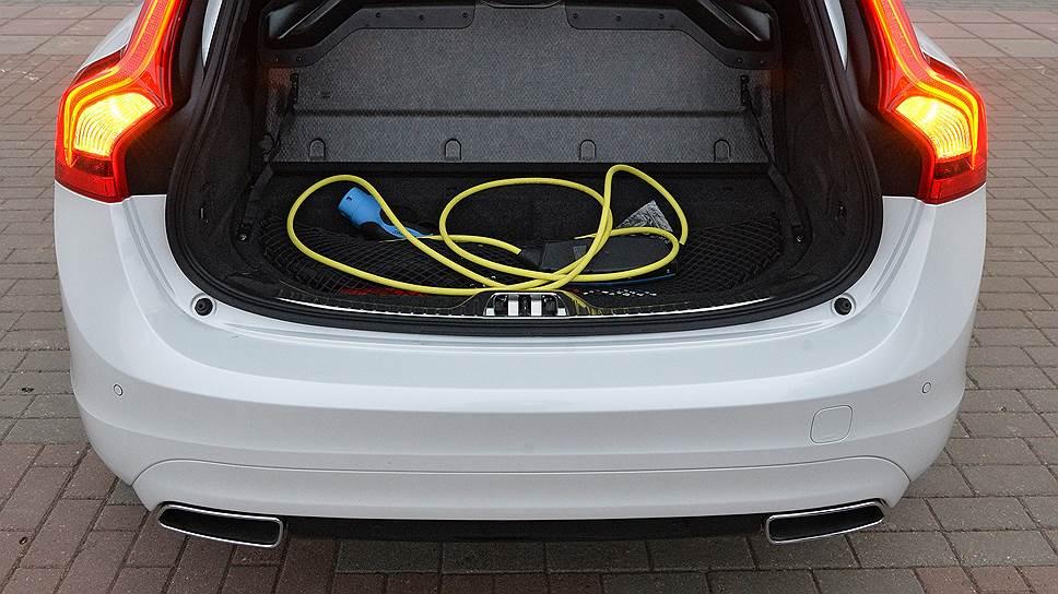 Пол багажника выше, чем в обычном универсале V60, под ним спрятана батарея и отсек для перевозки зарядного устройства