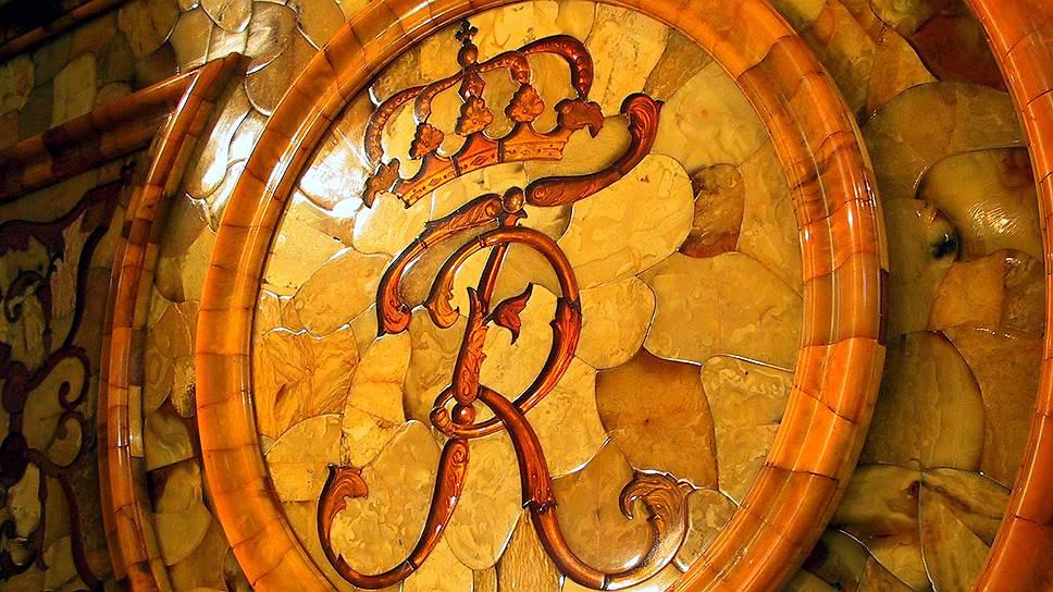 Панели из янтаря с элементами мозаичных картин были изготовлены в 1716 году в Пруссии и подарены королем Фридрихом Вильгельмом I российскому императору Петру I. С 1755 года Янтарная комната размещалась в Большом Екатерининском дворце Царского Села. В 1941 году после захвата Царского Села немцы разобрали кабинет и вывезли в Кенигсберг. В последний раз Янтарную комнату видели в начале апреля 1945 года в упакованном виде в подвале Кенигсбергского замка, который при отступлении немецких войск сгорел. Сейчас ее стоимость эксперты оценивают в $150 млн