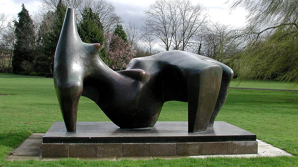 """Бронзовая скульптура авторства английского модерниста Генри Мура """"Склонившаяся фигура"""", изготовленная в 1970 году, была украдена с выставки в лондонском поместье художника Перри-Грин в декабре 2005 года. Работа была оценена в $5 млн. Эту бронзовую фигуру британцы считали национальным достоянием. Ее размеры достигали 3,5 м в длину и 2 м в высоту и ширину, вес — около 2 т. Однако скульптура никак не охранялась. Ночью злоумышленники въехали в поместье, погрузили """"Фигуру"""" с помощью крана на грузовик и незамеченными покинули место преступления"""
