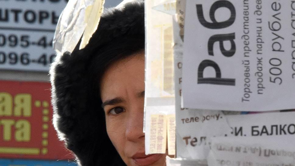 """В знак протеста против политики кредитных организаций фермер выгрузил у отделения Сбербанка в Куйбышеве телегу с навозом и украсил кучу плакатами """"Банкиры -- враги народа"""" и """"Долой кредитное рабство"""". По заявлению Сбербанка, фермер не является его клиентом"""