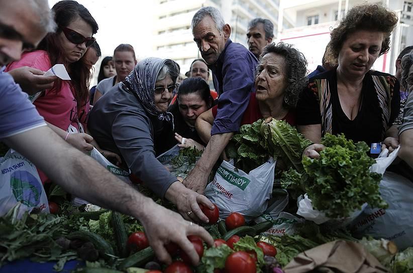 Греческие фермеры готовы бесплатно раздавать свою продукцию, лишь бы не допустить либерализации отрасли