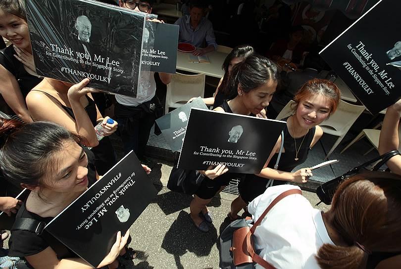 Семидневный траур по покойному министру-наставнику соблюдало все население города-государства