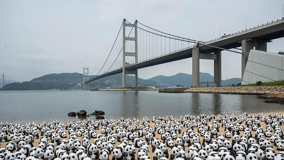 Подвесной мост Цинма в Гонконге был открыт 22 мая 1997 года. Стоимость строительства составила 7,2 млрд гонконгских долларов, что эквивалентно сегодняшним $1,38 млрд. Длина объекта — 2,16 км, ширина — 41 м. Километр моста обошелся примерно в $63,8 млн
