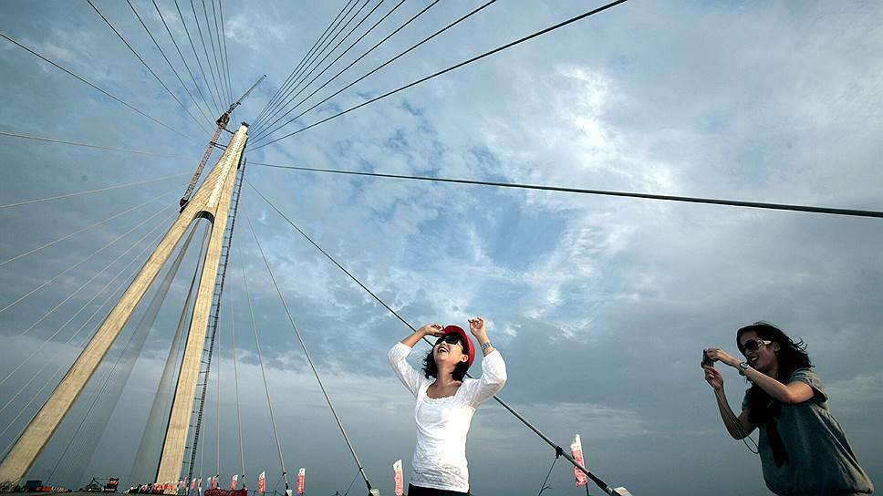 Большой трансокеанский мост через залив Ханчжоувань, соединяющий города Шанхай и Нинбо в Китае, открыли 1 мая 2008 года. На него было потрачено $1,7 млрд, больше половины суммы — средства частных инвесторов. Длина мостового перехода, включающего эстакадную и вантовую части, составляет 35,6 км