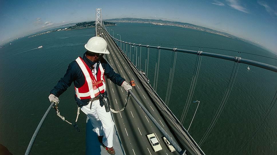 Восточный пролет подвесного моста Бей-Бридж между калифорнийскими городами Сан-Франциско и Окленд был открыт 2 сентября 2013 года. Он построен взамен пролета, пострадавшего во время землетрясения 17 октября 1989 года магнитудой 6,9. Стоимость проекта составила $6,4 млрд
