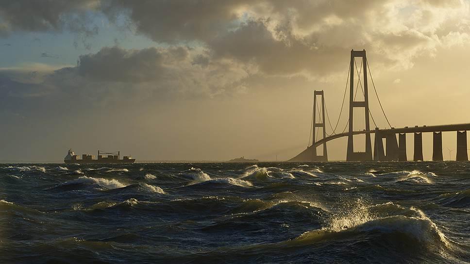 Мост в Дании через пролив Большой Бельт, соединяющий острова Фюн и Зеландия, открыт 14 июня 1998 года — спустя десят лет после начала строительства. 18-километровое сооружение стоило $3,14 млрд (21,4 млрд датских крон 1988 года), 1 км моста обошелся в $174,4 млн