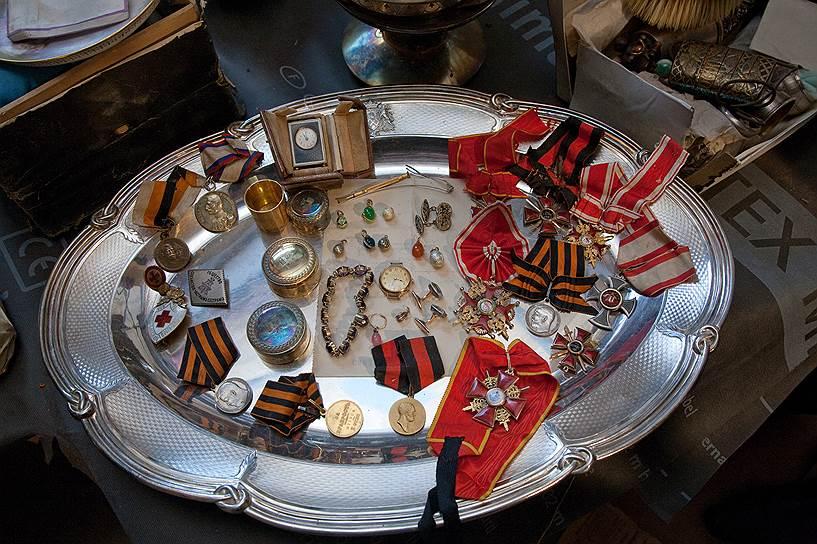Сокровища Нарышкиных, спрятанные в потайной комнате принадлежавшего им до революции особняка, были найдены в ходе реставрации в 2012 году