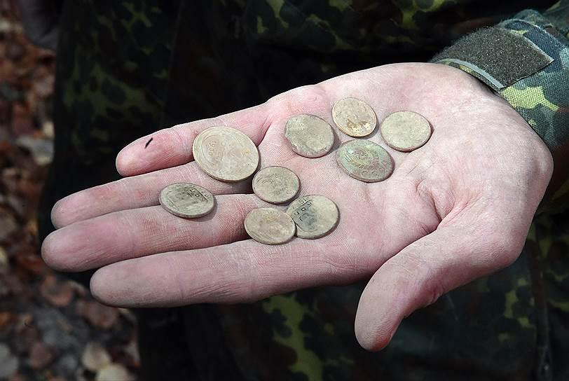 В окрестностях практически любой деревни, а иногда и просто в лесу легко можно набрать пригоршню советских, а то и царских монет