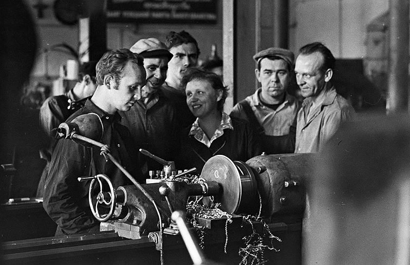 В зависимости от разряда и от отношений с нормировщицами токарь мог заработать от 300 до 800 руб. в месяц