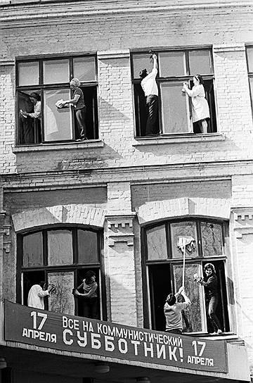 """Граждане СССР порой работали и совершенно бесплатно, выходя на трудовую повинность под названием """"субботник"""""""