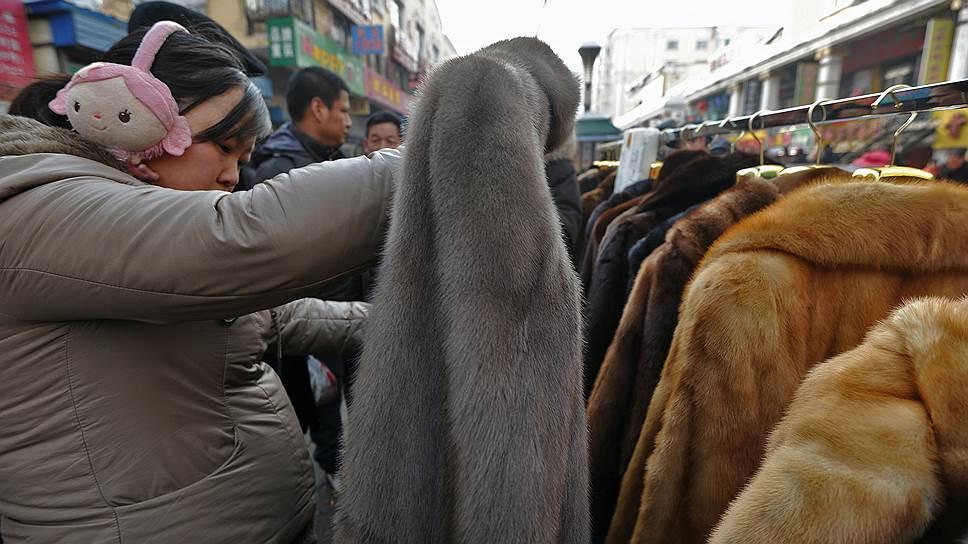 Самый популярный товар на рынке меха — это китайские норковые шубы по 50-80 тыс. руб.