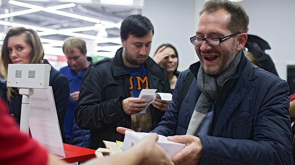 Раньше россияне ездили за айфонами в США и Европу, теперь иностранцы везут их из России