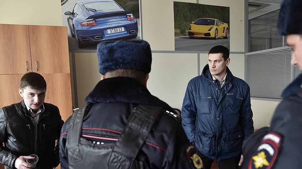 """Гендиректор ООО """"Барс"""" Александр Сидоров (слева) согласился представиться только полиции, которую вызвал обманутый клиент Александр К. (справа)"""