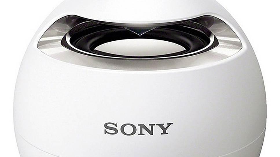 Небольшой шарообразный Sony SRS-X1 бомбит звуком на 360 градусов и обладает водонепроницаемым корпусом