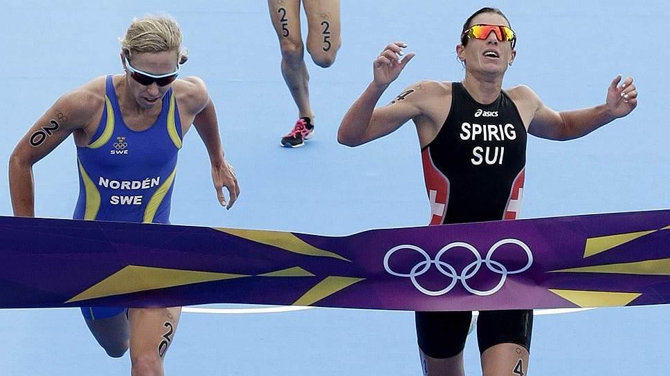 Николь Шпириг из Швейцарии (справа) выиграла лондонскую Олимпиаду в интересном положении