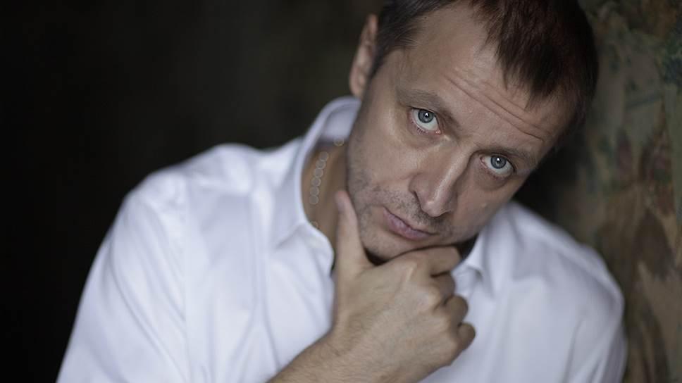 Александр Куликов позиционирует себя как певец, меценат и кинопродюсер, а о других направлениях своей деятельности не распространяется