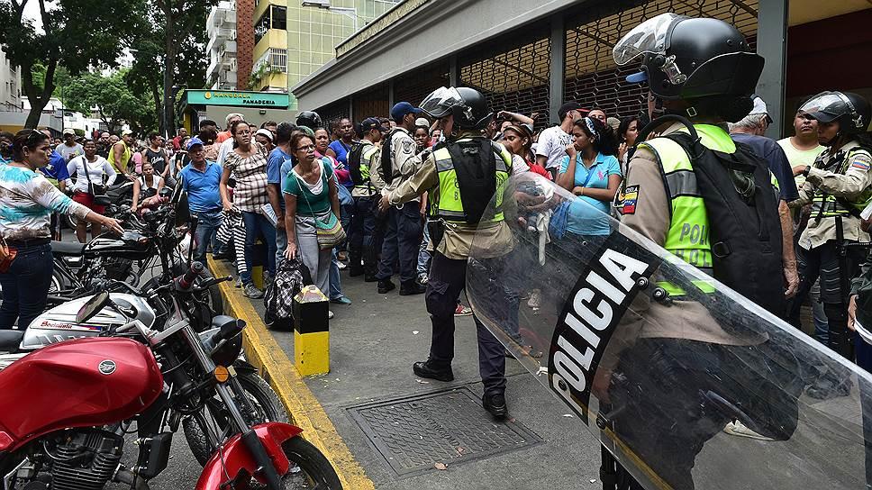 Одна из функций полиции Каракаса — охрана продовольственных магазинов от покупателей