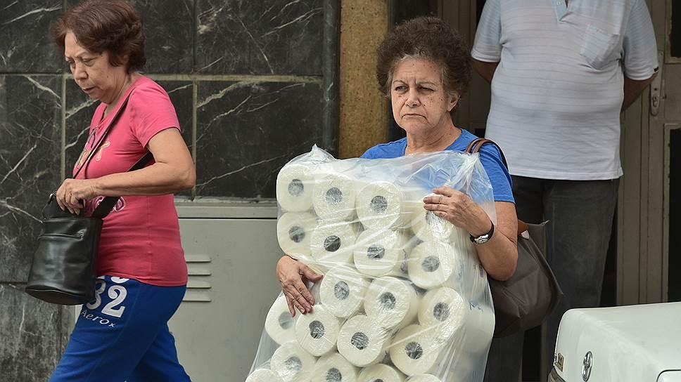 Когда в стране дефицит и гиперинфляция, запас туалетной бумаги — настоящий капитал