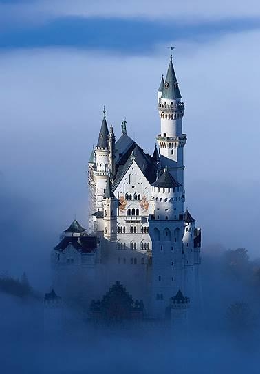 Баварский король Людвиг II, любитель сказок и оперы, построил три замка, самый известный из которых, Нойшванштайн, стал прообразом Диснейленда