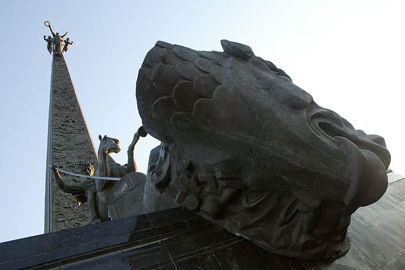 Монумент Победы на Поклонной Горе в Москве. Установлен в 1995 году. Высота 141,8 метра (по 1 дециметру за каждый день войны)