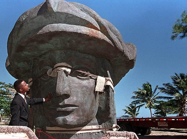 Бронзовая статуя Христофора Колумба на северном побережье Пуэрто-Рико. Установлена в 2016 году. Высота 81,7 метра