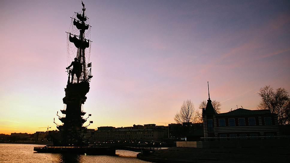 Памятник Петру I  на искусственном острове на Москве-реке. Установлен в 1997 году к празднованию 850-летия города. Высота – 98 метров