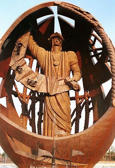 Монумент «Рождение нового человека» в Севилье. Установлен в 1995 году. Высота 45 метров.
