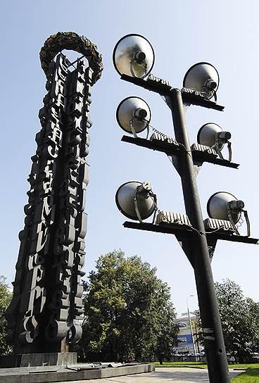 Монумент «Дружба навеки» в Москве на Тишинской площади. Установлен в 1983 году в честь 200-летия воссоединения Грузии с Россией. Высота 42 метра