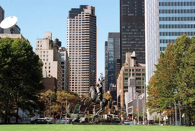 Монумент «Добро побеждает Зло» перед зданием Организации Объединенных Наций в Нью-Йорке. Символизирует окончание холодной войны. Установлен в 1990 году. Высота 16 метров