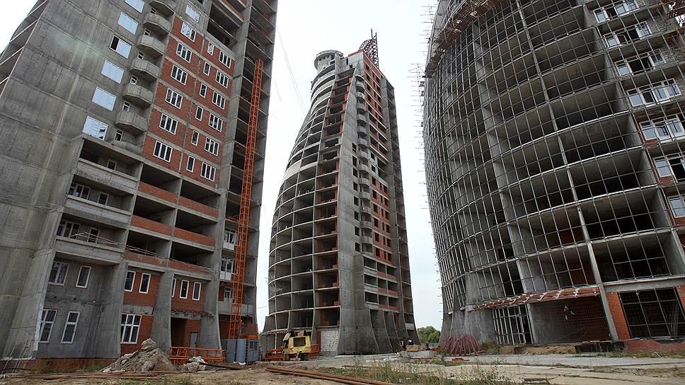 Большинство подмосковных многоэтажных жилых кварталов, которые выглядят цветущими оазисами на рекламных картинках, в действительности напоминают пустые города из фильмов-катастроф