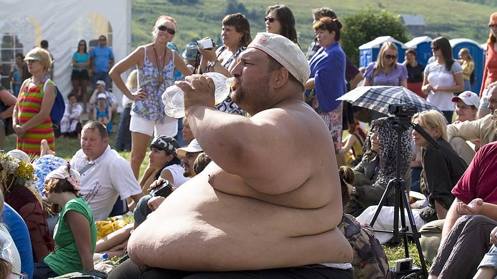 Избыточный вес у мужчин связан с размером зарплаты. Но в отличие от США, отмечает профессор НИУ ВШЭ Марина Колосницына, в РФ эта связь прямая: чем больше вес, тем выше зарплата