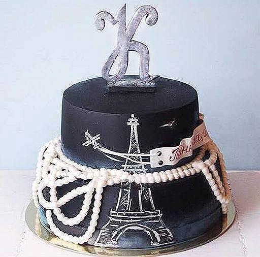 Считается, что яркий черный в кондитерском деле невозможен без активированного угля (на фото — торт кондитерской Cherry Cake)
