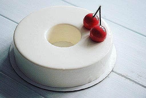 Белый торт с вишнями кондитера Дарьи Леушевой