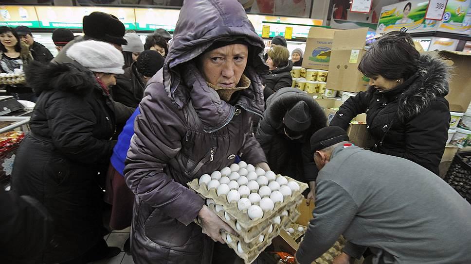 Дешевый российский импорт заполняет полки казахстанских магазинов. Собственное производство стагнирует из-за слишком дорогого тенге