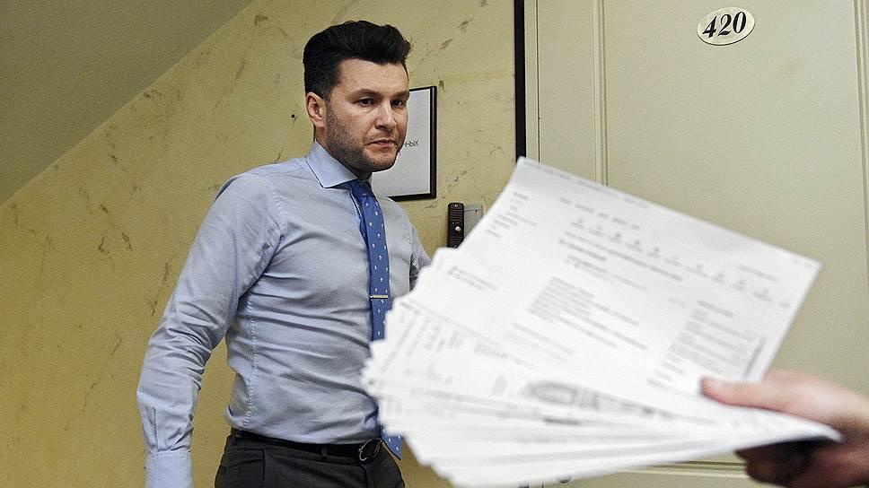 Исполнительный директор «Лаборатории инвестиционных технологий» Николай Мельничук, не найдя внятных объяснений полугодовой задержке выплат, предпочел спрятаться за дверью
