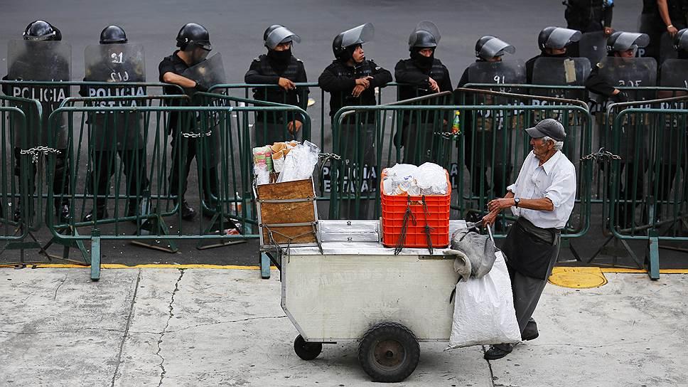 Сотни тысяч уличных торговцев в Мехико торгуют в основном китайским ширпотребом