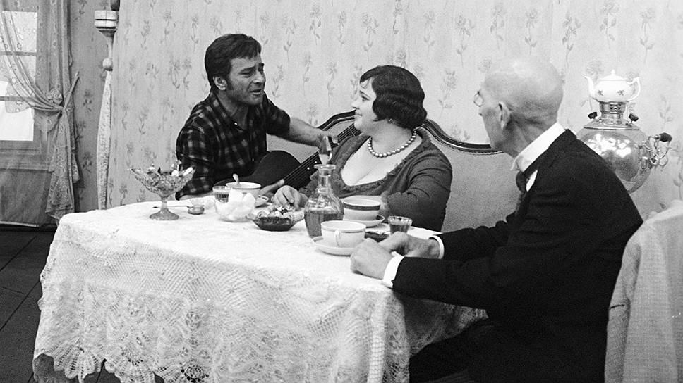 Мадам Грицацуева — владелица бакалейной лавки. В 1926–1927 годах, когда происходит действие «Двенадцати стульев», мелкое предпринимательство было очень развито