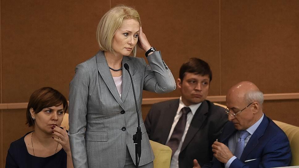 Глава Росреестра Виктория Абрамченко должна была обеспечить одновременную постановку на кадастровый учет и регистрацию прав собственности на недвижимость. Однако участники рынка утверждают, что система не работает, а заявки на постановку на кадастровый учет зависли в ведомстве