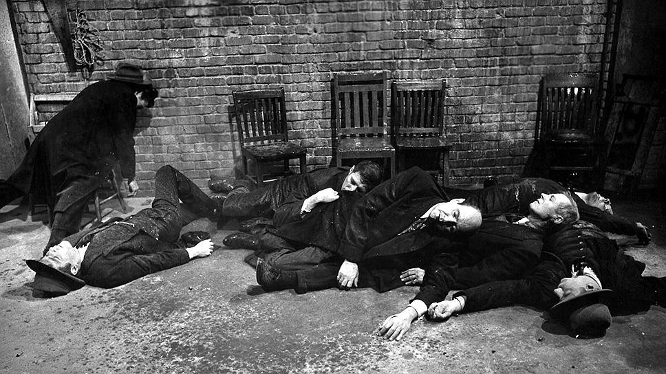 Итальянская мафия во главе с Аль Капоне (его чертами наделен Коломбо Белые Гетры), как бы сейчас сказали, делила рынок бутлегерства с ирландской мафией Джорджа Багса Морана. У семи человек из банды Морана на надгробиях выбита одна дата смерти: 14 февраля 1929 года (кадр из фильма «Бойня в День святого Валентина», 1967)