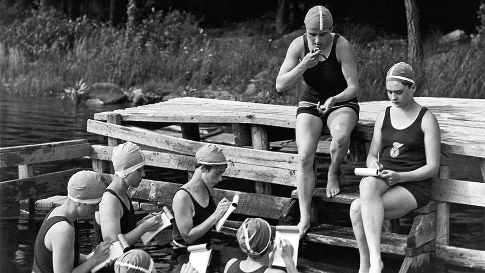 1926 год. До Великой депрессии еще далеко, и профессия позволяет прокормиться. Но надо оставаться в форме — девушки-стенографистки тренируют навык даже в отпуске