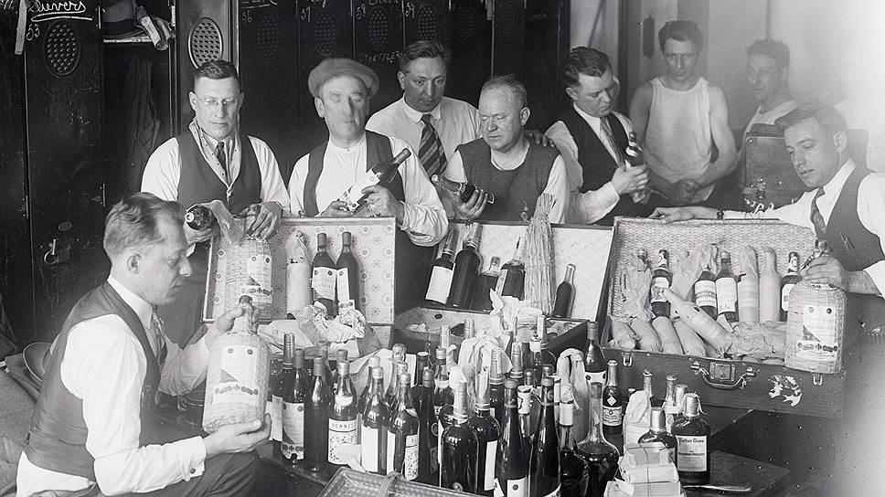 Март 1929 года: таможенники исследуют спиртное, изъятое на корабле, прибывшем из Гаваны