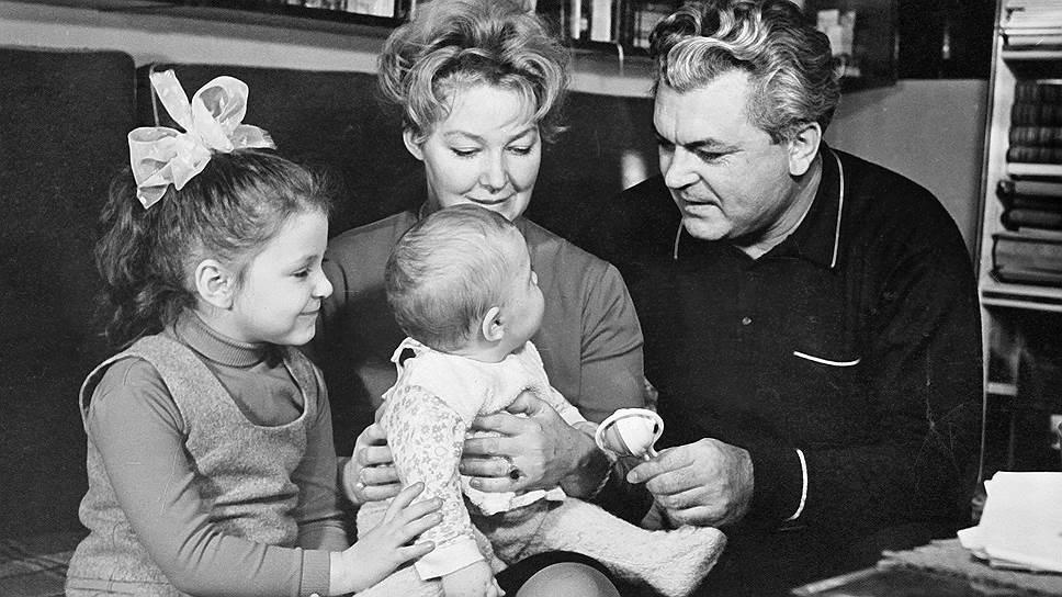 Боясь сравнений с отцом, на свой первый полный метр Бондарчук-младший (в центре) отважился лишь в 38 лет