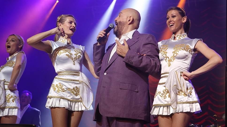 """Русский шансон, как еще называют блатную песню, становится популярным у молодежи, переходя в категорию фольклора. Еще его называют """"русская народная блатная хороводная"""""""