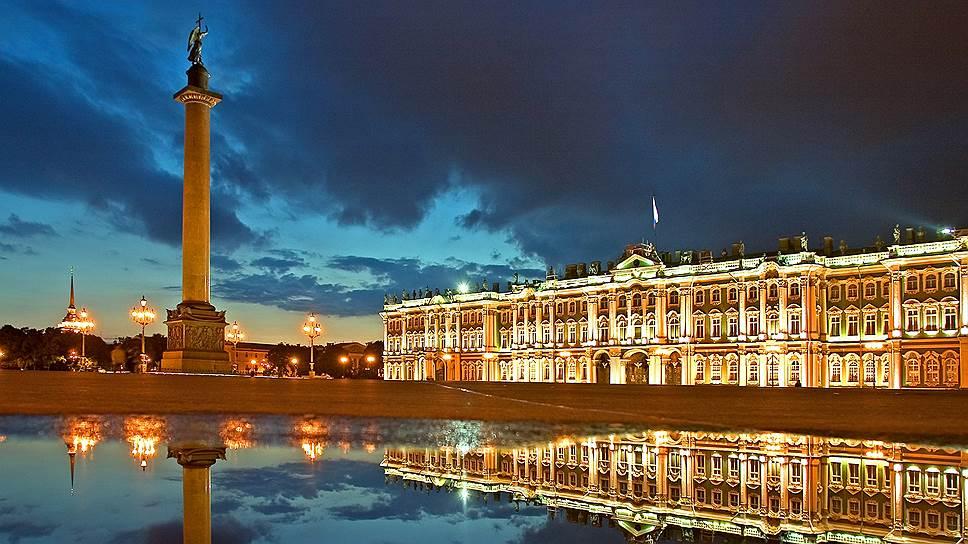 В темноте Зимний дворец отчасти приобретает свой исторический вид — кажется желто-песчаным