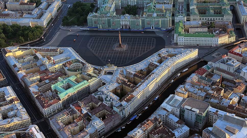 Полностью ансамбль Дворцовой площади был завершен архитектором Росси при Александре I