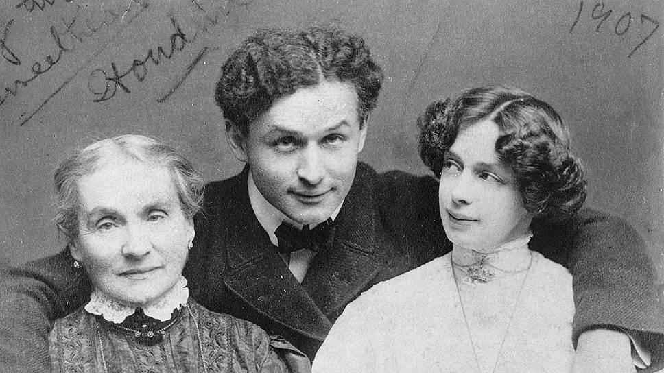 Гудини и Конан Дойл поссорились из-за того, что жена последнего, считавшая себя медиумом, взялась вызвать дух матери иллюзиониста (на фото слева)