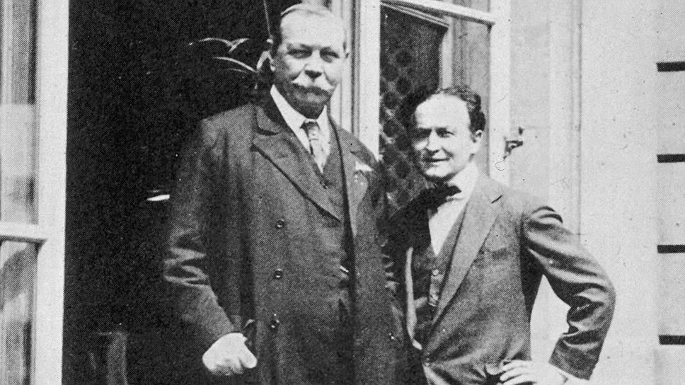 Артур Конан Дойл (на фото слева) в отличие от Гарри Гудини был поклонником спиритизма, что до определенного момента не мешало их дружбе